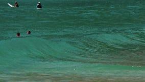 Ondas en la playa de Nai Harn, Tailandia metrajes
