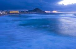 Ondas en la playa del zurriola en la ciudad de San Sebastián Imagen de archivo