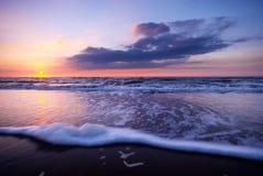 Ondas en la playa en la noche Imagenes de archivo