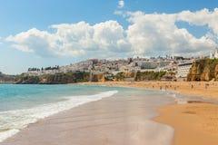Ondas en la playa en los pescadores de Albufeira Ciudad portuguesa Fotos de archivo libres de regalías