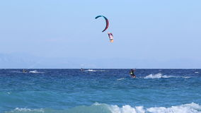 Ondas en la playa Mar azul, cielo azul Kitesurfing, Kiteboarding, personas que practica surf en la playa almacen de video