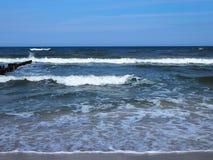 Ondas en la playa, mareas Ondas que se rompen en la playa en Polonia fotografía de archivo