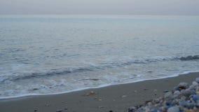 Ondas en la playa, salida del sol almacen de metraje de vídeo