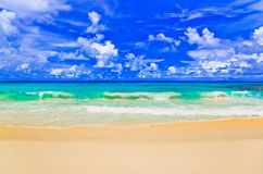 Ondas en la playa tropical Foto de archivo libre de regalías