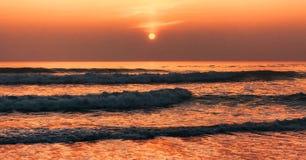 Ondas en la puesta del sol Foto de archivo