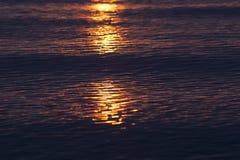 Ondas en la puesta del sol Foto de archivo libre de regalías