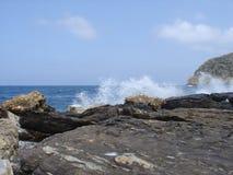Ondas en las rocas Foto de archivo libre de regalías