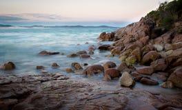 Ondas en las rocas Fotos de archivo libres de regalías