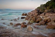 Ondas en las rocas Fotos de archivo