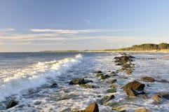 Ondas en línea de la playa rocosa Fotos de archivo