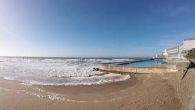 Ondas en playa en Portugal almacen de video