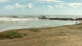 Ondas en rocas en la playa en Ostia, Roma, Italia almacen de video