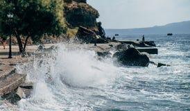 Ondas en Santorini Fotos de archivo libres de regalías