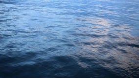 Ondas en un río con reflexiones almacen de metraje de vídeo