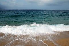 Ondas en una playa Fotos de archivo libres de regalías