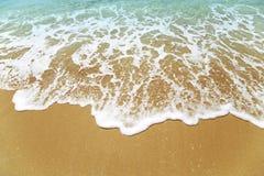 Ondas en una playa fotos de archivo