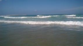 Ondas en una playa fotografía de archivo