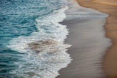 Ondas espumadas que quebram na praia fotos de stock royalty free
