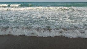 Ondas espumosas del mar cerca de la orilla Ondas espumosas del balanceo magnífico del mar cerca de la costa mojada en naturaleza  almacen de video