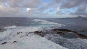 Ondas espumosas del Océano Índico, visión aérea metrajes