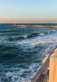 Ondas espumosas en el paseo marítimo Foto de archivo libre de regalías
