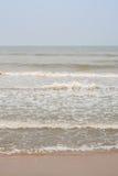 Ondas espumosas en la playa Imagen de archivo