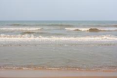 Ondas espumosas en la playa Fotografía de archivo libre de regalías