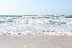 Ondas excitantes que correm acima no Sandy Beach Fotos de Stock