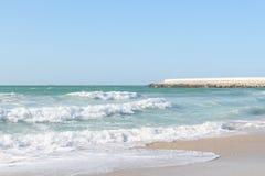 Ondas excitantes que correm acima no Sandy Beach Fotografia de Stock