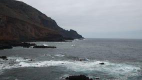 Ondas extremas de Atlântico que esmagam a costa video estoque