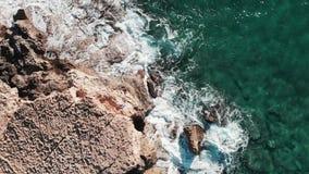 Ondas extremas que estrellan rocas Olas oceánicas potentes que golpean la costa costa rocosa El paisaje marino agita salpicar Ond almacen de video