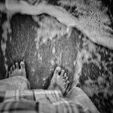Ondas för pelas för lavados för Pés na-areia fördärvar Arkivbilder