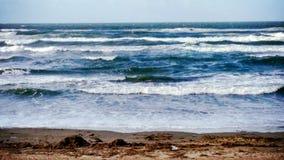 Ondas frescas en playa Imágenes de archivo libres de regalías