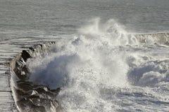 Ondas fuertes contra el embarcadero Fotografía de archivo