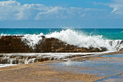 Ondas fuertes, orilla rocosa, tropical Imagen de archivo
