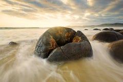 Ondas fuertes que erosionan la roca en la playa Fotografía de archivo