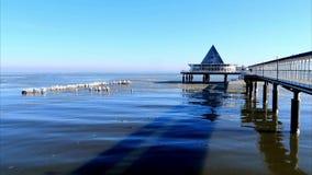 Ondas geladas no mar Báltico Heringsdorf, Alemanha vídeos de arquivo