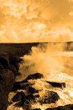 Ondas gigantes de la tormenta que causan un crash en los acantilados Fotos de archivo libres de regalías