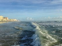 Ondas grandes com rolamento da espuma em Daytona Beach em costas de Daytona Beach, Florida Imagens de Stock