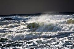 Ondas grandes con espuma en el mar Imagen de archivo libre de regalías