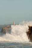 Ondas grandes contra as rochas Farol de Santander, Cantábria, Espanha Foto de Stock