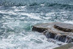 Ondas grandes en costa rocosa y el mar azul imágenes de archivo libres de regalías