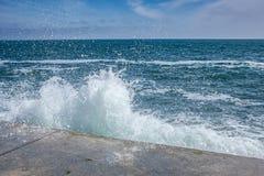 Ondas grandes en costa rocosa y el mar azul imagenes de archivo