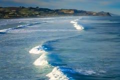 Ondas grandes en la costa de Nueva Zelanda Imagen de archivo libre de regalías