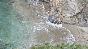 Ondas grandes marteladas nas rochas Imagem de Stock