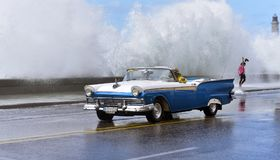 Ondas grandes que batem o Malecon em Havana fotos de stock