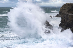 Ondas grandes que deixam de funcionar em terra a costa atlântica em Portugal fotografia de stock