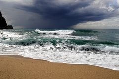 Ondas grandes que esmagam na pedra curvada, no clima de tempestade, maré grande Alanya, Turquia Fotos de Stock Royalty Free