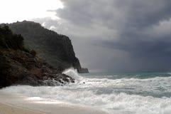 Ondas grandes que esmagam na pedra curvada, no clima de tempestade, maré grande Alanya, Turquia Fotos de Stock