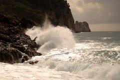 Ondas grandes que esmagam na pedra curvada, no clima de tempestade, maré grande Alanya, Turquia Fotografia de Stock